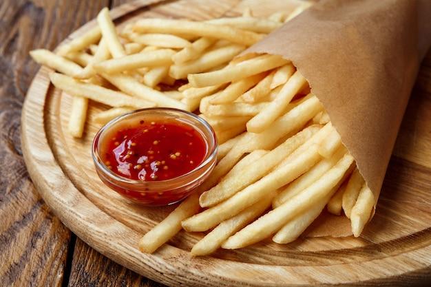 Patatine fritte avvolte in carta artigianale marrone