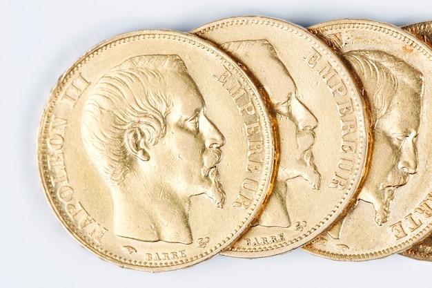 Monete d'oro francesi su sfondo bianco