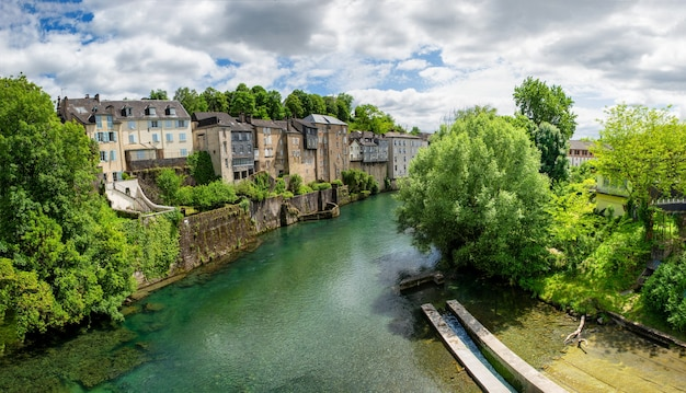 Paesaggio francese nel paese sul fiume oloron