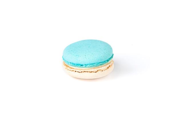 Macaron francese isolato su priorità bassa bianca.