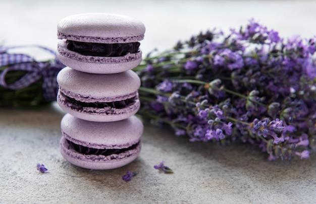 Macarons francesi al sapore di lavanda e fiori di lavanda freschi