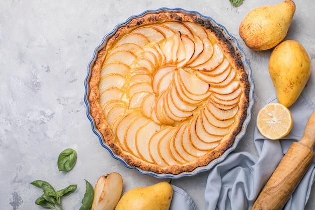 Crostata o torta di pere francese con frutta fresca di pera