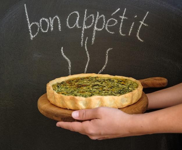 Quiche francese con pollo, funghi e broccoli. iscrizione in francese bon appetit
