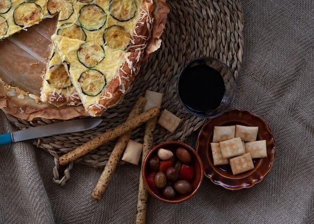 Crostata di zucchine alla francese con un po 'di pasticceria e decorazione di olive. crostata rustica. vista dall'alto con copia spazio.