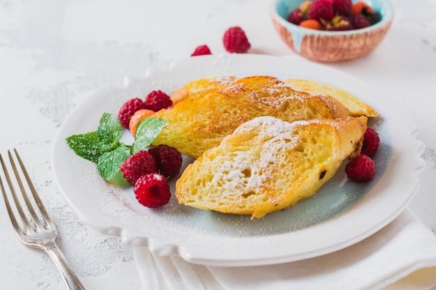 Toast dolci francesi con frutti di bosco. vecchio sfondo vintage grigio