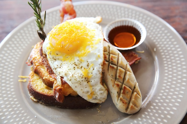 Uova toast alla francese e pancetta colazione colazione stack