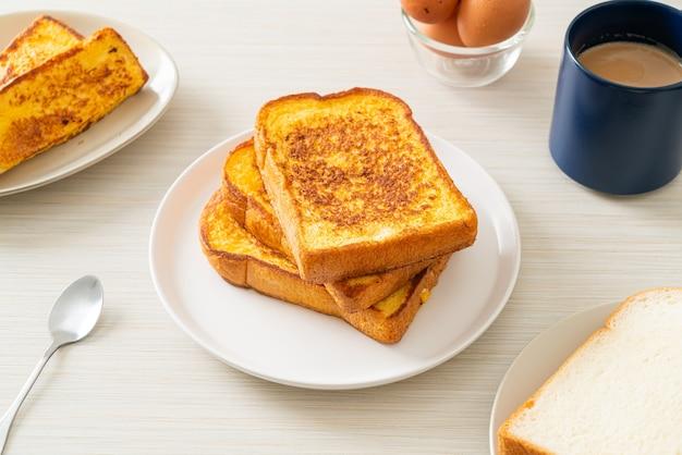 Toast alla francese su piatto bianco per colazione?