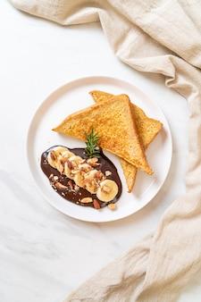 Toast alla francese con cioccolato alla banana e mandorle per colazione