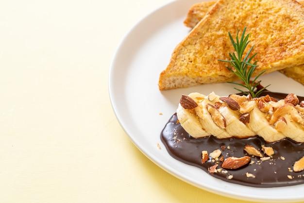 Toast alla francese con banana, cioccolato e mandorle per colazione