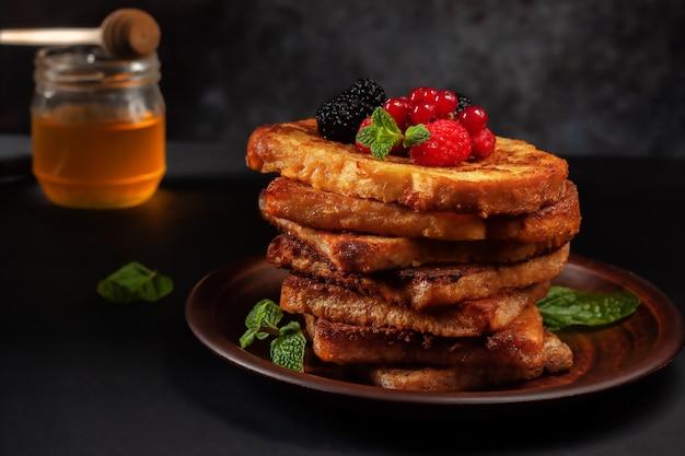 Toast alla francese con cannella con gelso, lampone e menta per caffè o tè. mattina colazione