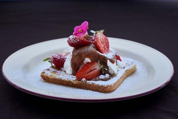 French toast con fragole fresche e chantilly di panna montata
