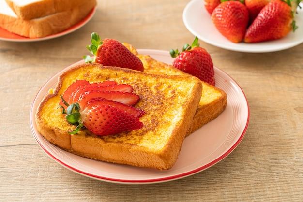 Toast alla francese con fragole fresche sul piatto
