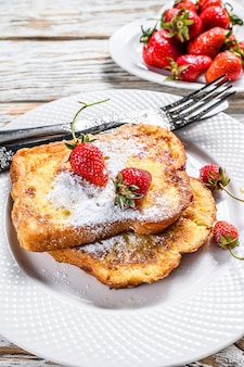 Francese tostato con fragole. colazione salutare. vista dall'alto