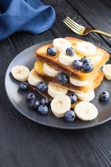 Toast francesi con mirtilli, banana e miele