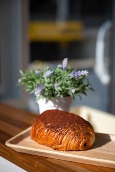 Croissant al cioccolato tradizionale francese chiamato petit pain au chocolat.