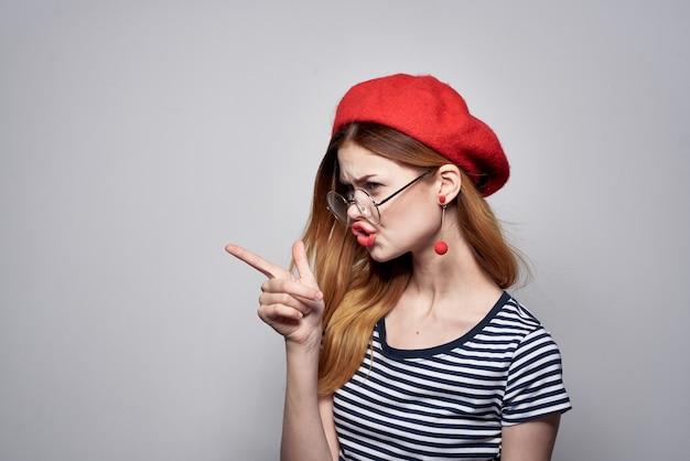 Francese con gli occhiali in posa moda look attraente orecchini rossi gioielli. foto di alta qualità