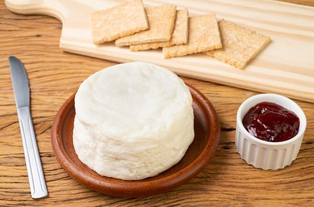 Formaggio frescal, formaggio bianco fresco tipico brasiliano con marmellata e fette biscottate.