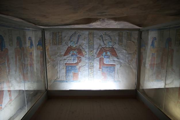 Affreschi nell'antica necropoli valle delle regine a luxor in egitto