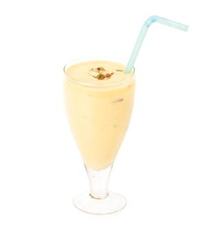 Frullato fresco di latte allo zafferano di mandorle / badam isolato su superficie bianca