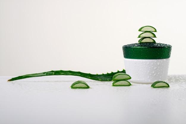 Aloe vera fresca per trattamenti di bellezza a casa su un bianco