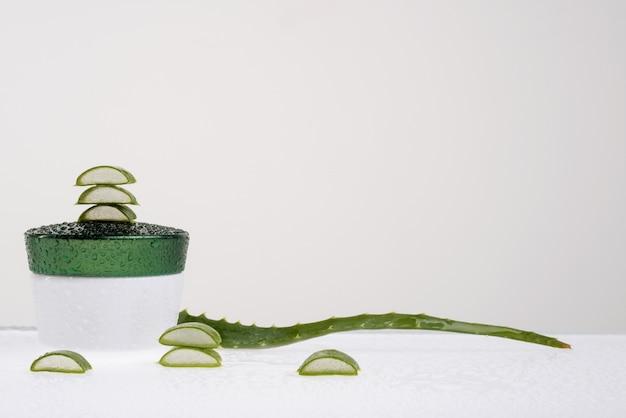 Aloe vera fresca per procedure cosmetiche su sfondo bianco