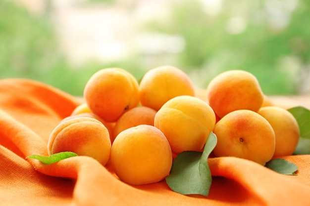 Albicocche fresche su tovagliolo arancione