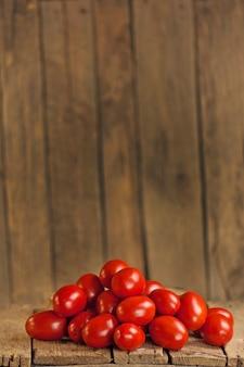 Pomodori prugna aromatici freschi. pomodori organici prugna sul mercato. pomodori italiani. giovani pomodori succosi. vassoio del mercato agricolo pieno di pomodori.
