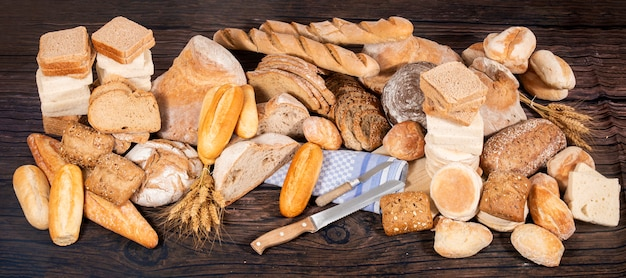 Assortimento fresco di varietà di pane cotto