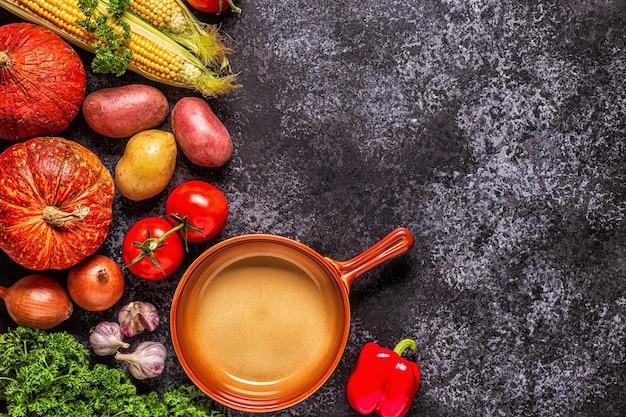 Verdure fresche autunnali per cucinare su uno sfondo scuro