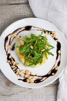Insalata fresca di avocado, mango, mozzarella e rucola condita con noci