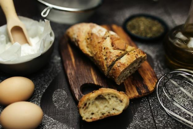 Pane appena sfornato e ingredienti da forno su un tavolo. foto di alta qualità