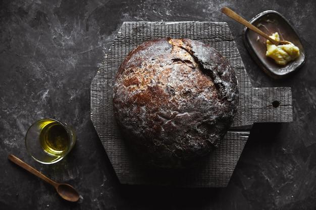 Pane al forno fresco su oscurità