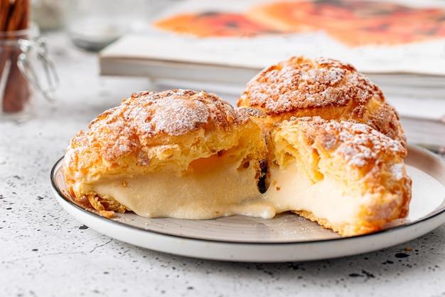 Torte di pasta choux appena sfornate con crema