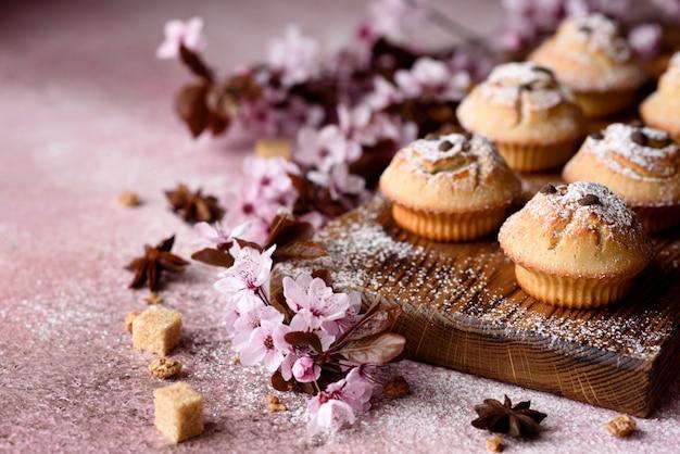Cupcakes al forno freschi di farina di riso con banana e vaniglia con una tazza di cioccolata calda. deliziosa colazione corroborante con cioccolata calda e cupcakes