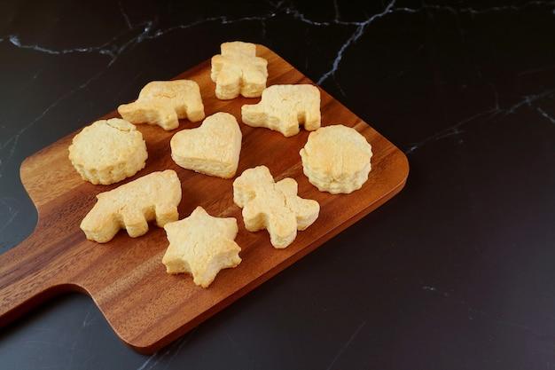 Biscotti fatti in casa freschi al forno sul tagliere di legno