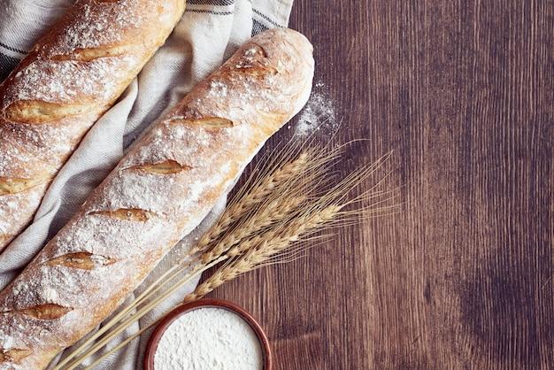 Baguette di pane croccante casalingo al forno fresco. due pagnotte su un asciugamano di lino