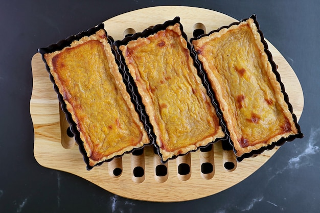 Tortine di zucca fatte in casa fresche al forno sul tagliere di legno