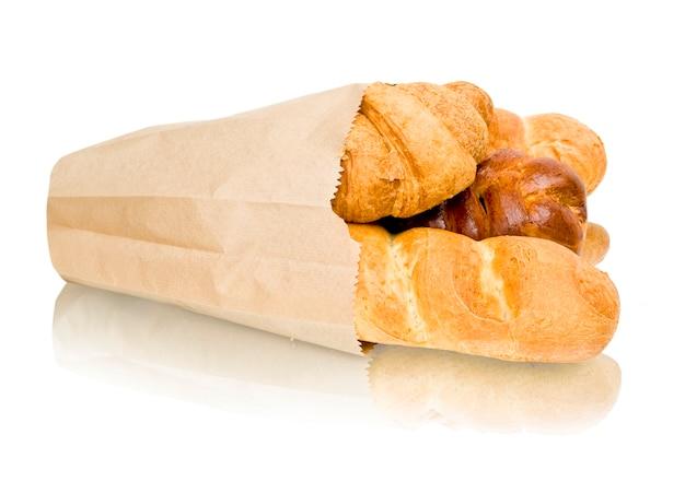 Panini appena sfornati in un cesto su bianco