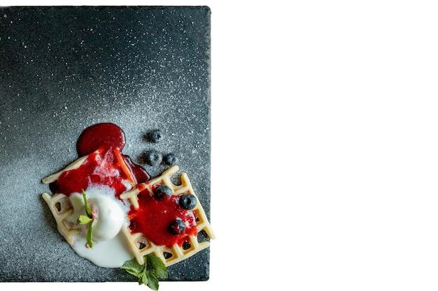 Cialde belghe dolci e salate al forno fresche isolate su bianco
