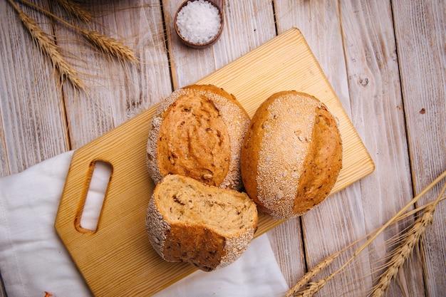 Pagnotte di pane integrale appena sfornate
