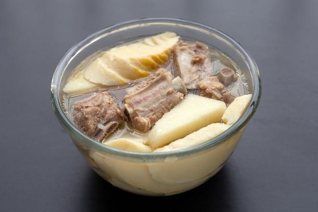Germogli di bambù freschi con zuppa di costine di maiale