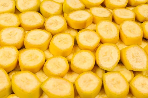 Sfondo di fette di banana fresca. vista dall'alto.