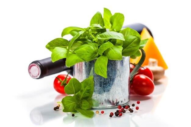 Basilico fresco nel piatto e ingredienti italiani