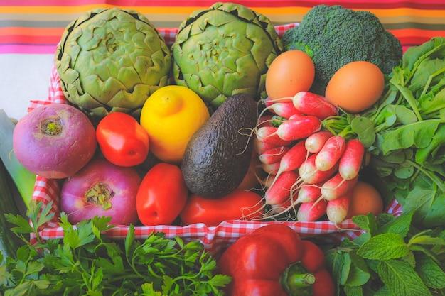 Bella merce nel carrello delle verdure biologiche fresche