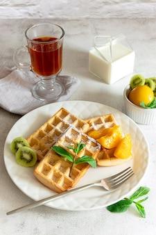 Cialde belghe fresche con frutta servite per colazione