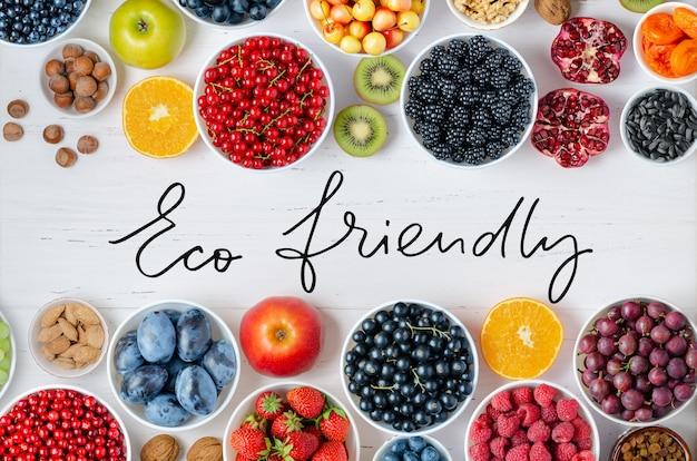 Frutti di bosco freschi dadi su uno sfondo di legno bianco il concetto di cibo sano contiene v