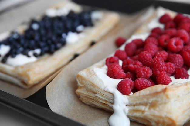 Dessert di frutti di bosco freschi su una teglia