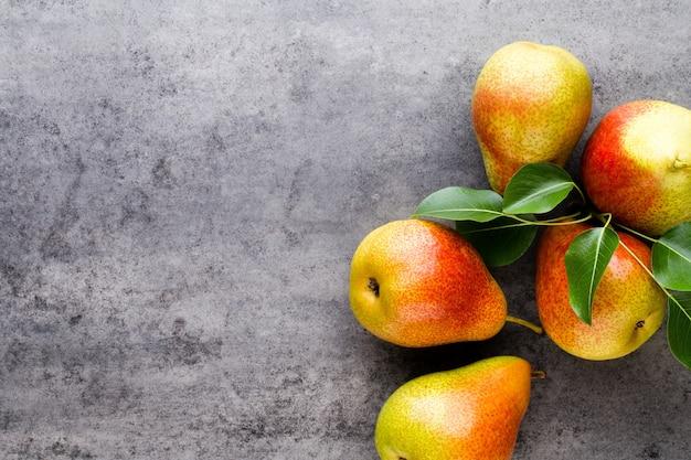 Pera bio fresca con foglie sul piatto