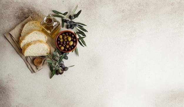 Olive nere e verdi fresche e olio d'oliva
