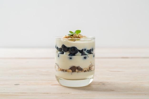 Mirtilli freschi e yogurt con muesli - stile di cibo sano